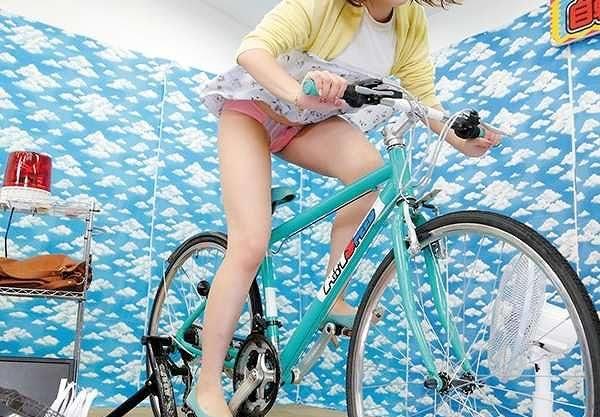 【素人ナンパ】自転車こいで目指せ賞金!途中で止まると失敗残念!風でパンチラ妨害行為、負けたらエッチな罰ゲーム!!
