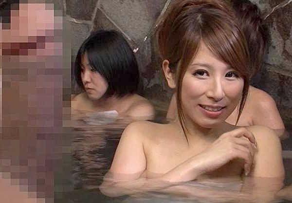 【温泉】『えっ…混浴じゃないの!?女湯??』⇒身動きとれずにいると、熟女が勃起しちゃったチ○ポを見て…