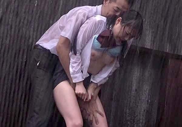 【レイプ】突然の豪雨でJK制服が濡れピタ!衝動を押さえきれずトイレに連れ込み襲う鬼畜なレイプ犯の手口をご覧下さい