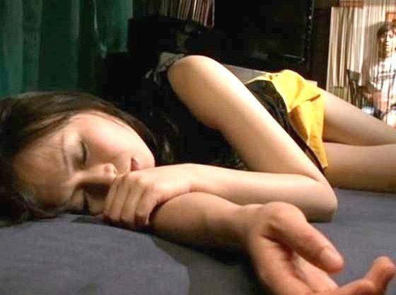 【羽月希】酔いつぶれた彼女の親友!無防備な肢体に興奮して思わずハメる泥酔レイプ!