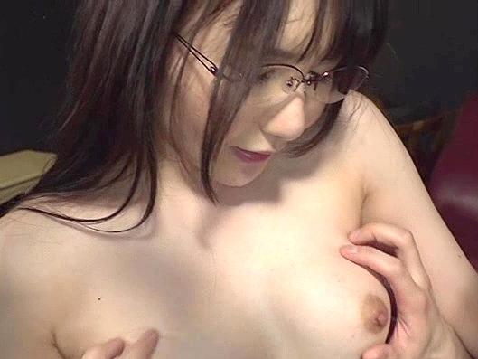 【人妻】『あぁぁッ!すっごい挿入ってるぅ…♥』メガネの地味っ子人妻に生ハメ!欲求不満なマジメ妻を寝取り中出しSEX!