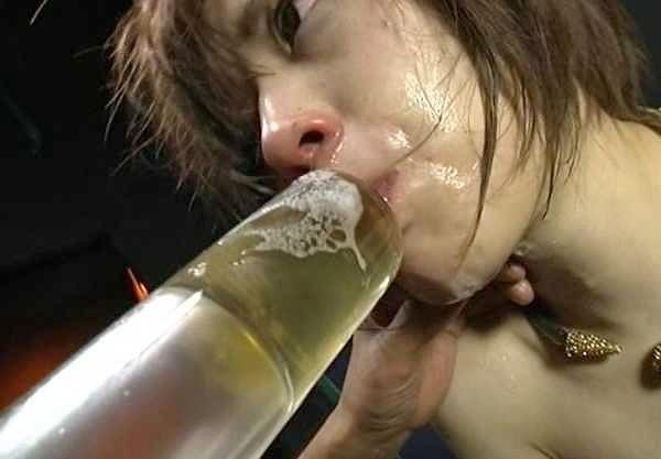 【おしっこ】『ぐッ…ぐヴォぇッ!!』アイドル女優が臭い小便を強制飲尿!浣腸器で連続飲尿、イラマチオで喉奥突かれ極限状態!