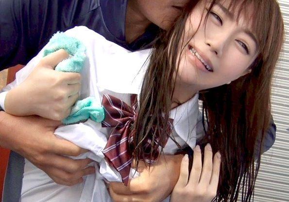 【レイプ】『お願い…やめて…』雨宿りJKに忍び寄る痴漢!逃げられない美少女を脅迫して犯す鬼畜!