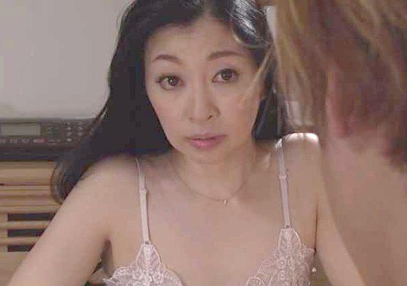 【熟女】『そう、SEXレスなの…娘がゴメンなさいね…♥』責任を感じた義母がフェラ抜き!⇒味をしめて逆夜這い&寝取りSEX