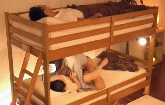 〖素人ナンパ〗「あんん…中はダメだよぉ…♥」彼氏にバレたら一発アウト!上段ベッドで眠る彼氏に内緒でこっそり中出しFuck