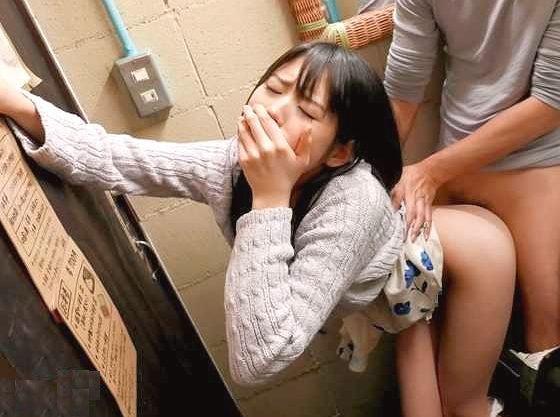 【企画】『あんんッ…ヤバイですって…♥』周りバレする状況でこっそりSEX!声我慢で生挿入とオマ○コ羞恥に耐えるロリ美少女
