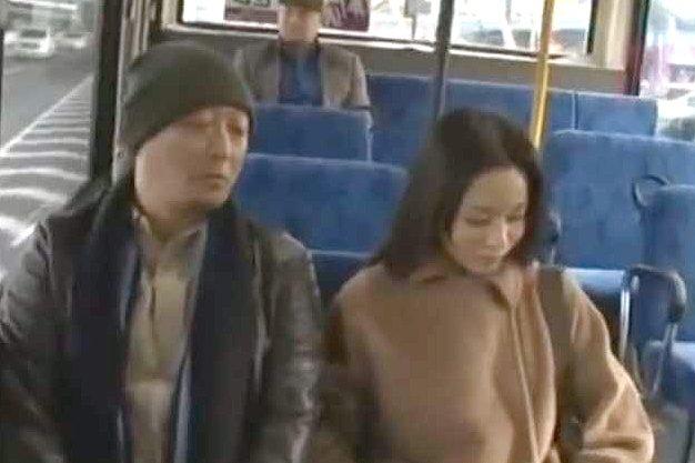 【ヘンリー塚本】バスに現れた痴女おばさん!コートをはだけてオマ○コ見せつけ、狙ったチ○ポを抜いてご満悦ww