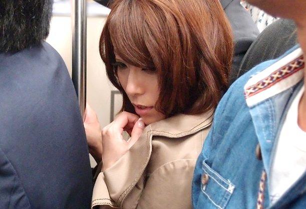 【熟女】『また痴漢されたい…♥』電車で集団痴漢に遭った人妻!犯されながら興奮に堕ち、自ら腰をふる淫乱おばさん!!