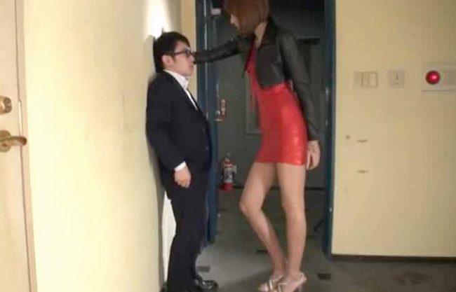【痴女】『オラ、チ○ポ出せよッ!!』180cmの長身ギャル!盗撮M男を追い詰めて逆レイプ、淫語あびせて素股&足コキ凌辱!
