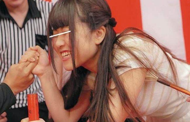 【企画】『あぁッちょっ、ヤバイですッ♥』くすぐりに耐えて腕相撲ガチ対決!負けたら即ハメ罰ゲーム、見事勝利なるかww