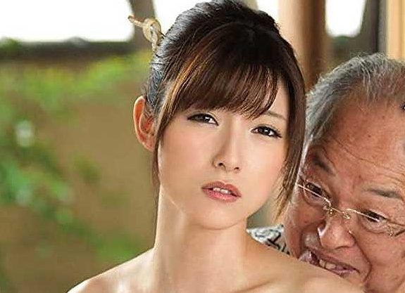 【熟女】『あぁッお義父さん…ダメです…♥』献身的に介護する美人嫁!下品ジジイの言いなりでフェラ奉仕&中出しSEX!