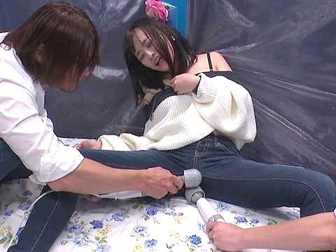 【MM号】『イヤぁ、もうだめぇぇ♥』スレンダー美脚の素人娘をオマ○コ刺激!マシンバイブの振動に悶絶、激ピストンに絶頂w