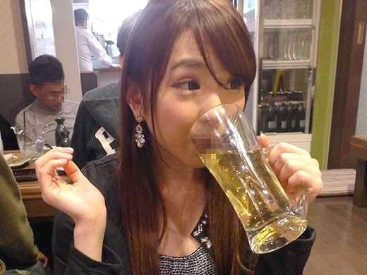 【痴女】『じゃあさっそくヤッちゃう?♥』気になるチ○ポはすぐさまGET!酒乱ビッチが飲み屋で乱れる露出SEXww