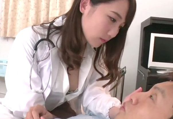 【痴女】『ちょっと診ていきますね…♥』爆乳女医がおっぱい見せつけの逆セクハラ!治療と称して狭射⇒スパイダー騎乗位で絶頂w