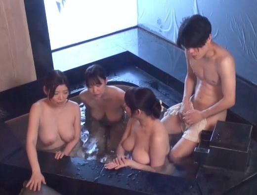 【熟女】『ほら、一緒に入りましょ♥』爆乳おばさんのおっぱいに囲まれてハーレム混浴!生挿入の近親相姦で激イキww