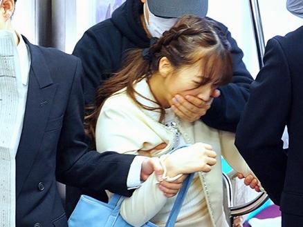 【三上悠亜】『お願い、やめて…!』電車痴漢に狙われて凌辱される巨乳女子大生!美ボディを執拗に責められる集団レイプ