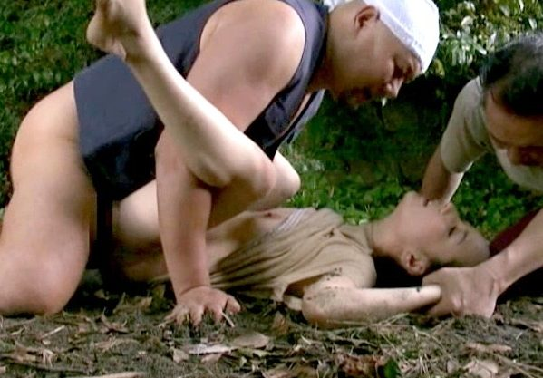 【ヘンリー塚本】『いやッ…やめて…ッ!』山中で作業員の男に襲われた美熟女!押さえつけられて凌辱の強姦Fuck