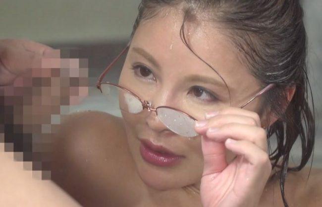 【熟女】『すごい大きい…♥』ご近所の人妻と温泉で混浴!フル勃起チ○ポをガン見してセンズリ鑑賞ww