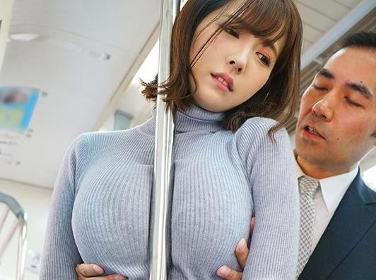 【三上悠亜】『やっ、やめて下さい…♥』着衣巨乳が無意識に男を誘惑!理性崩壊しておっぱい鷲掴みで襲われる電車痴漢被害